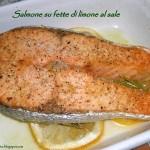 Salmone al forno su fette di limone al sale