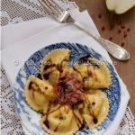 Quanti modi di fare e rifare: ravioli di pere con speck e aceto balsamico.