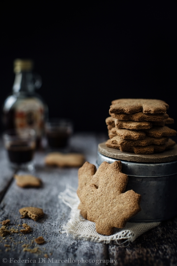 Delicious vegan and sugar free cookies, sweetened with maple syrup. Perfect for a yummy and healty breakfast.
